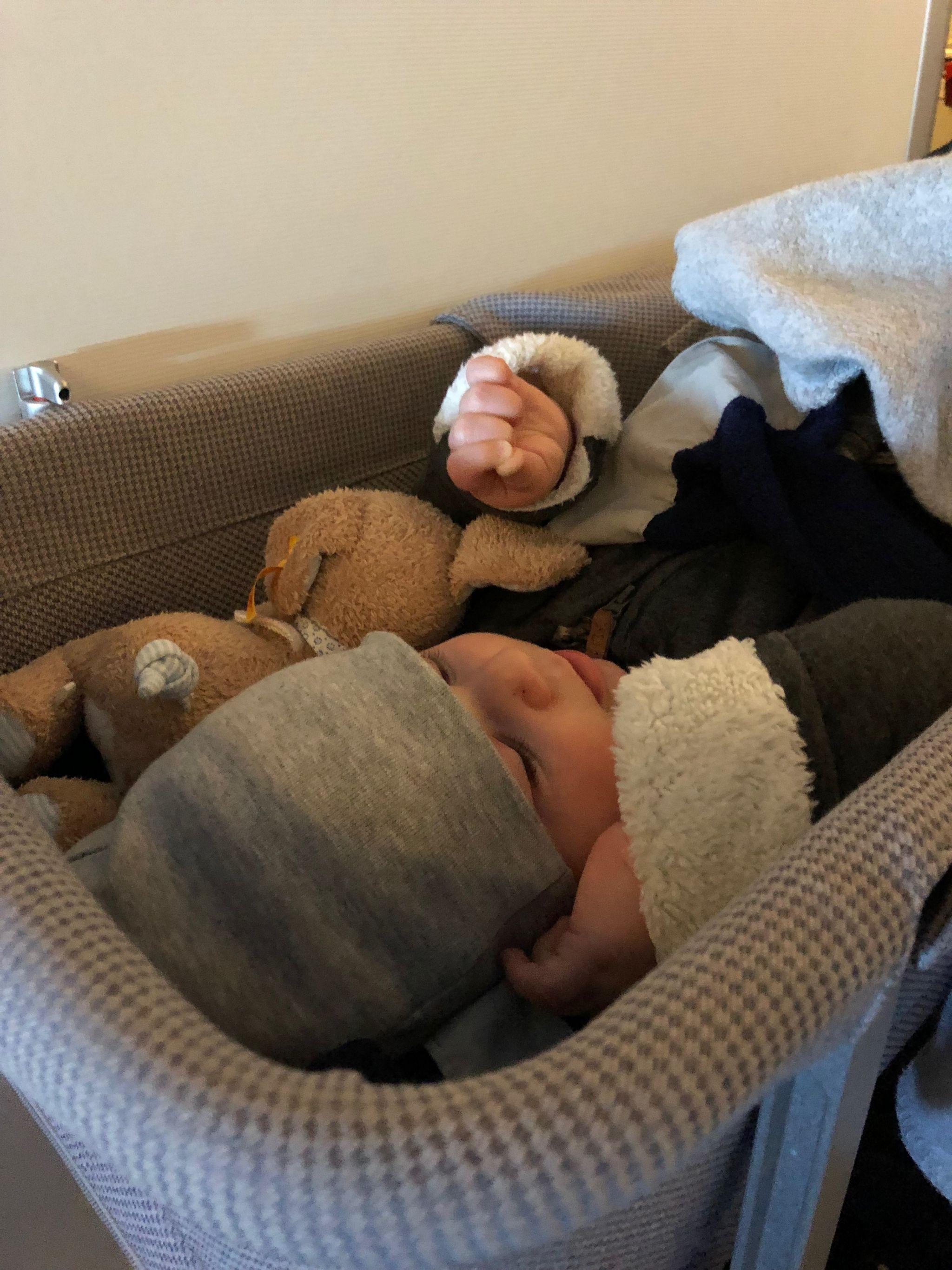 Babybett-im-flugzeug-Fernreise-mit-Baby